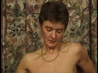 Alte MILF mit kleinen Titten wird von jungem Mann gepoppt