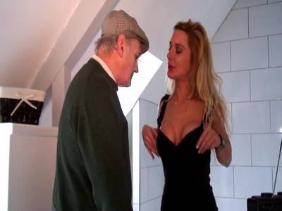 Alter Mann und junge Blondine beim Gruppensex