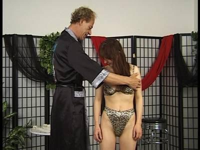 Brünette Frau lässt sich zu Bondage Spielen verführen