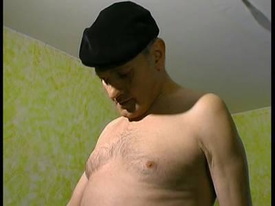 Scharfe Amateurin mit dicken Titten steht auf Alt und Jung