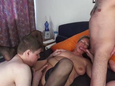 Scharfe MILF bekommt es von den Kerlen geil besorgt