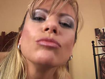 MILF Blondine mit dicken Titten braucht harte Schwänze