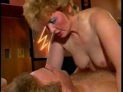 Blonde MILF bekommt beim hardcore Analfick einen heftigen Orgasmus