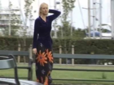 Schöne Blondine wird in ihre haarige Fotze gebumst