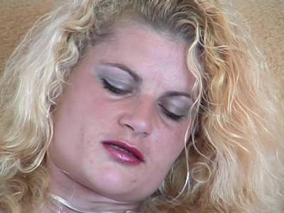 Amateur MILF Blondine mit Sexspielzeug