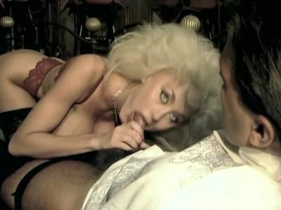 Deutsche MILF Dolly Buster wird in die rasierte Muschi gebumst