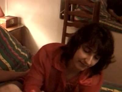 Reife Schlampe reitet den Kerl bis sie zum weiblichen Orgasmus kommt