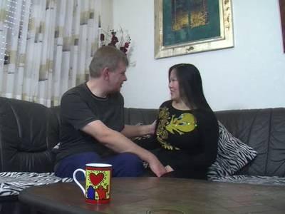 Geile asiatische Eheschlampe bedient ihren Mann