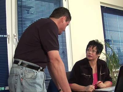 Mollige Sekretärin wird im Büro vom Chef gefickt
