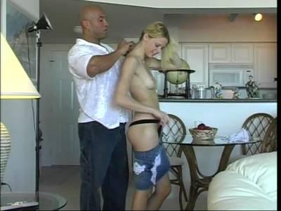 Auf dicke Schwänze steht die junge Amateur Blondine