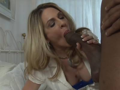 Interracial Fick mit versauter Blondine