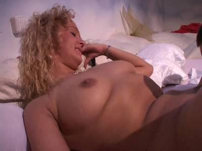 MILF Blondine liebt dicke Schwänze und Doggyfick