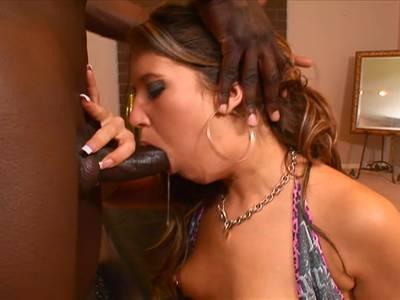 Scharfe Brünette steht auf Interracial Sex