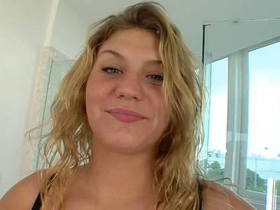 Blonde Amateurnutte mit dicken Titten bläst und wird gefickt