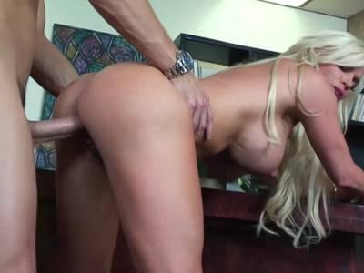 Blonde Schlampe mit dicken Titten fickt Chef ihres Mannes