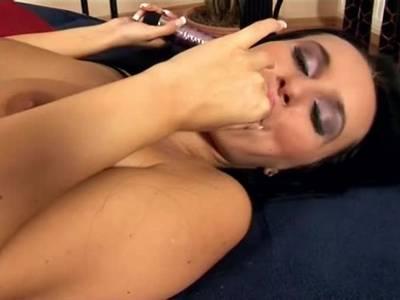 Bitch fickt ihre behaarte Muschi heftig mit dem Vibrator