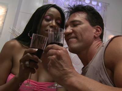 Ebony mit dicken Arsch will bis zum Cumshot gefickt werden