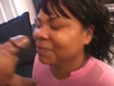MILF Ebony mit dicken Titten beim Blowjob