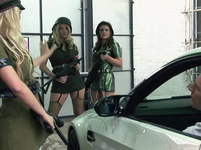 Zwei blonde Polizistinnen beim Gruppensex