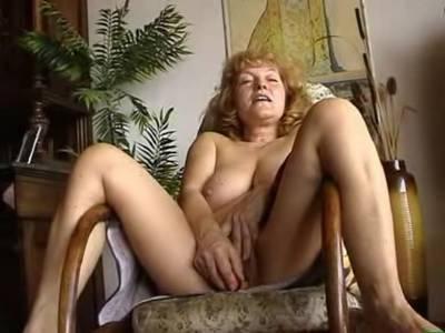 BBW GILF liebt Sexspielzeug in ihrer behaarter Muschi