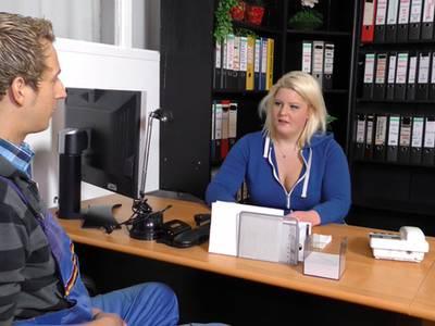 Deutsche BBW Chefin wird auf dem Schreibtisch gefickt