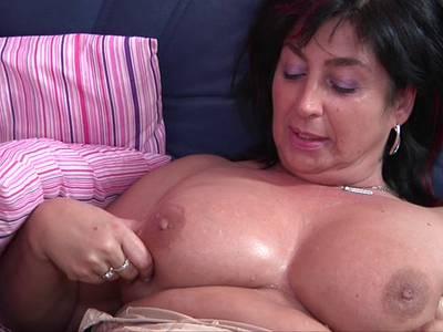 Mollige Ehehure mit dicken Titten lässt sich poppen