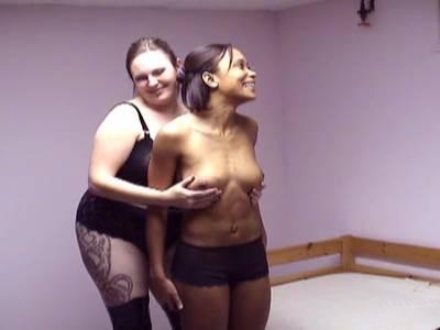Schwarzes Girl mit Minititten wird verschnürt