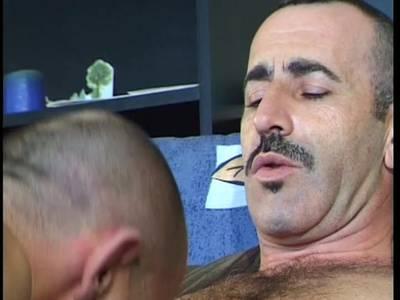 Zwei Gays ficken auf dem Sofa