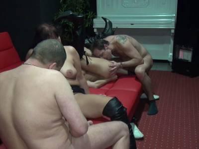 Amateure treiben Gruppensex im Sexkino