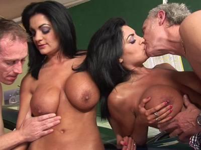 Zwei scharfe Latinas mit dicke Titten beim Gruppensex