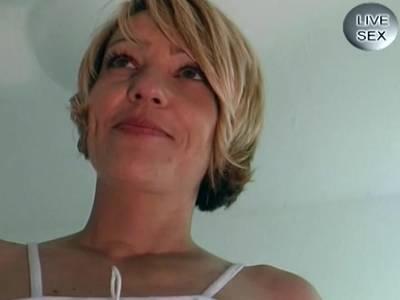 Blonde Hasfrau wird im Wohnzimmer schön durchgefickt