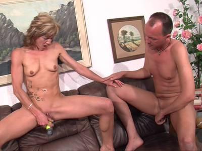 Blonde Hausfrau wird von dem Kerl geil zugeritten