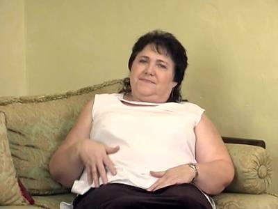 Dicke haarige Oma beim Solofick auf der Couch