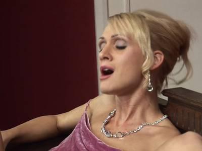 Rassige Blondine schiebt sich den strammen Schwanz in die rasierte Muschi