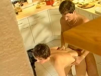 Willige MILF geht auf die Knie und macht in sexy Dessous einen geilen Blowjob