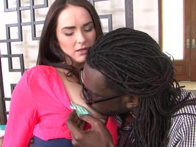 Weißes Flittchen lässt sich vom farbigen Mann ficken und bläst Deepthroat