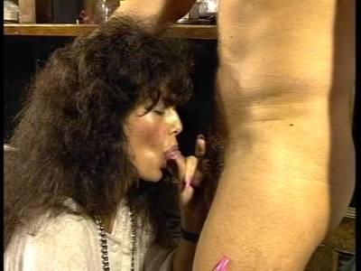 Deutsche Luder will den harten Penis in die behaarte Fotze geschoben bekommen