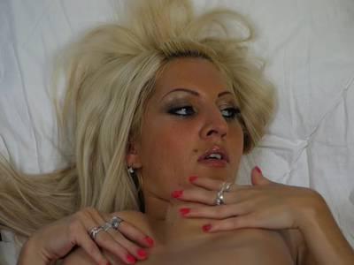 Dicken Dildo bereitet blonde MILF ganz viel Freude