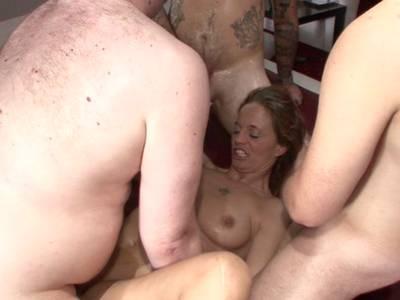 Gierige MILF wird beim Gruppensex in die blanke Fotze gefickt