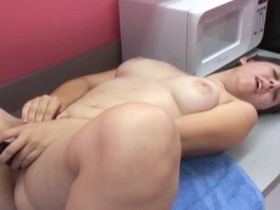 Sexy MILF rammelt sich die behaarte Muschi mit einem Dildo