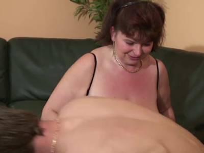 Dicke Oma bekommt beim Double Penetration beide Löcher gestopft