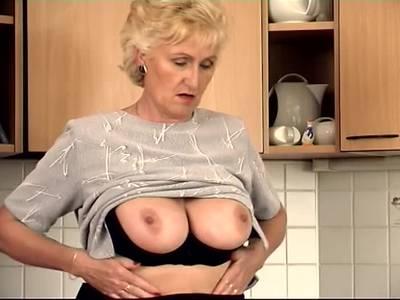 GILF Blondine macht in der Küche Selbstbefriedigung