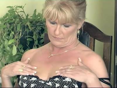GILF Blondine spreizt die Beine und massiert sich die feuchte Pussy
