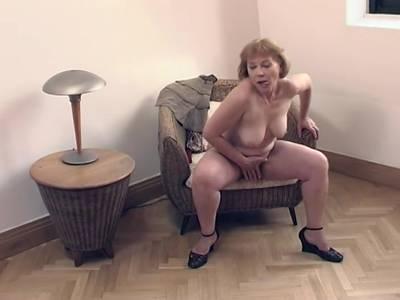 GILF mit dicken Titten treibt es mit Sexspielzeug