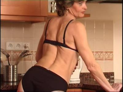 Notgeile Oma mit behaarter Muschi beim Solosex in der Küche