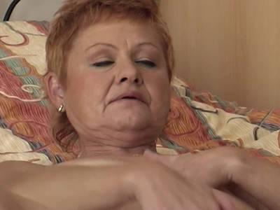 Oma macht es sich im Bett einfach mal selber