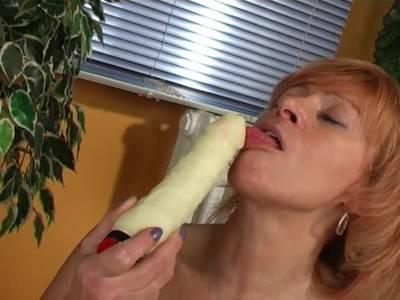 Verdorbenen Gilf stopft ihre behaarte Muschi
