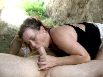 Blonde MILF beim Blowjob Outdoor