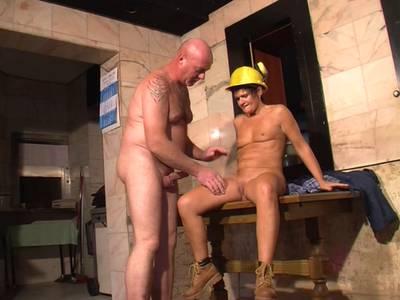 Sexy Bauarbeiterin wird unter freiem Himmel gefickt
