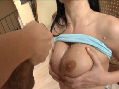 Junges Teen mit dicken Titten bekommt eine Ladung Sperma ab